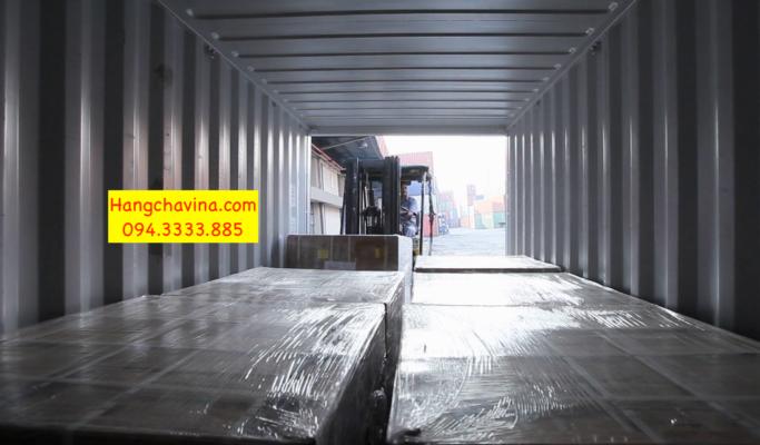 Xe nâng làm việc trong container