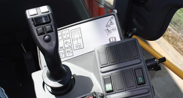 Tay điều khiển của xe nâng container