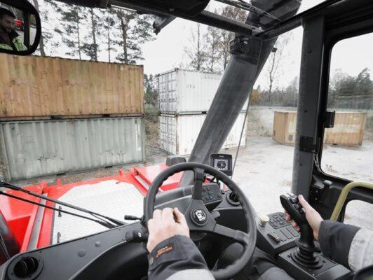 Vô lăng xe nâng gắp container