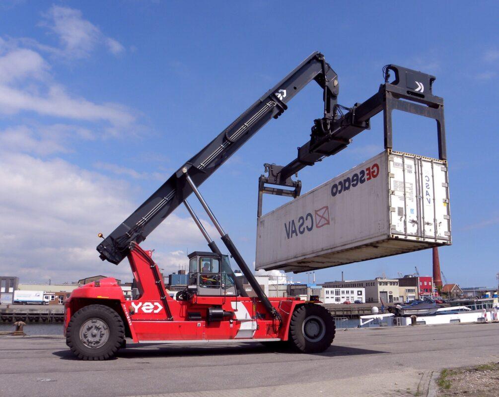 Xe nâng gắp container rỗng có cần vươn