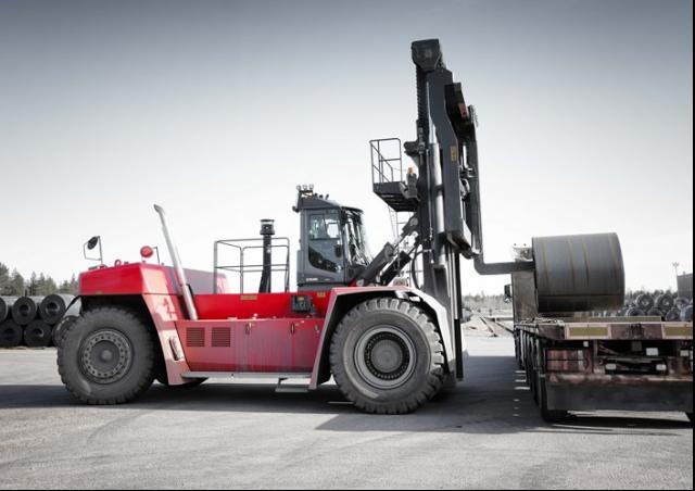 Xe nâng lớn nhất thế giới hãng Karmal